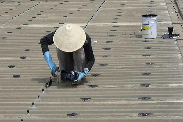 Xử lý chống thấm khe hở giữa mái tôn và tường hiệu quả